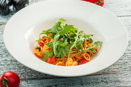 Спагетти с рукколой и креветками