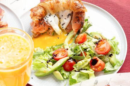 Круассан со слабосоленым лососем и летний салат