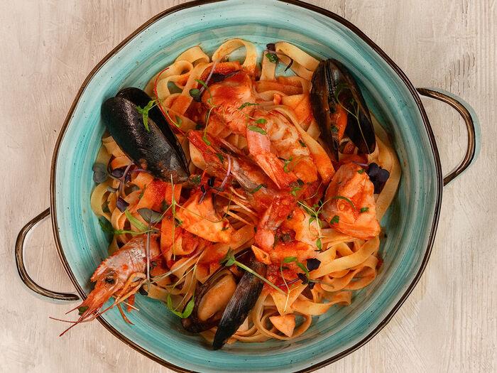 Паста Тальятелле с морепродуктами в томатном соусе