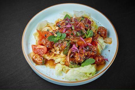 Салат из жареного лосося в кисло-остром соусе с чесноком