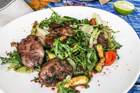 Тёплый салат с руколой и куриной печенью