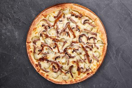 Пицца с телятиной и луком конфи