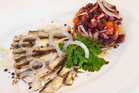 Салат Пряная килька с винегретом