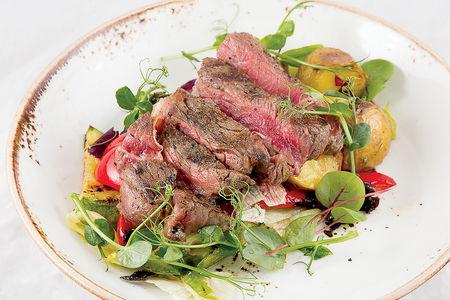 Теплый салат с говядиной на гриле