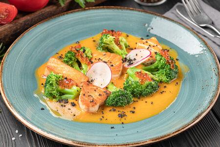 Филе лосося с брокколи и соусом Биск