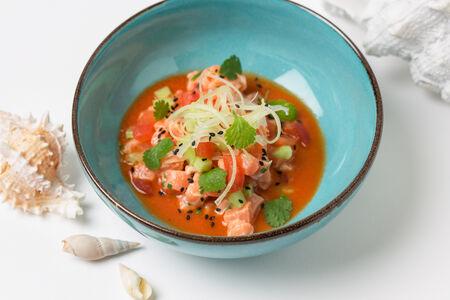 Лосось с хрустящими овощами и томатным консоме