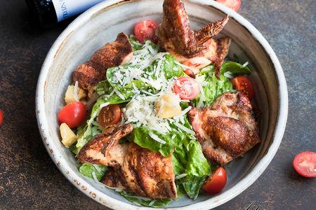 Салат Цезарь с жареным цыплёнком на углях (на двоих)