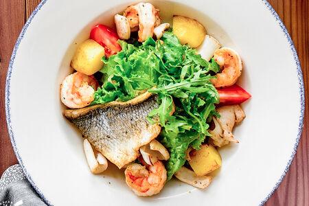 Салат с морепродуктами под соусом Верде