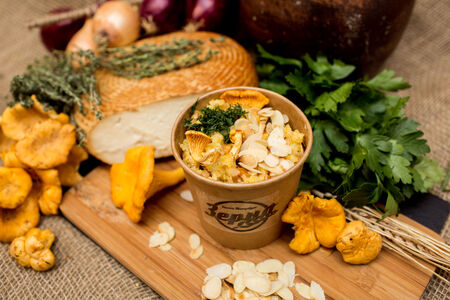Каша кукурузная с лисичками и сыром сулугуни