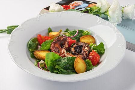 Салат с осьминогом и печеным картофелем