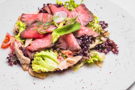 Салат нежный ростбиф с печеными овощами и грибами