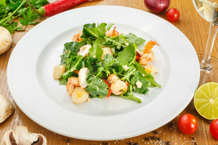 Теплый салат с морским гребешком и креветками