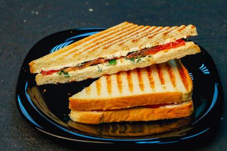 Сэндвич с томатом и сыром