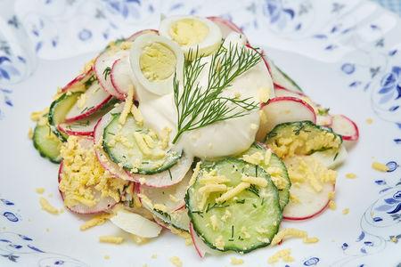 Салат овощной со сметанной заправкой
