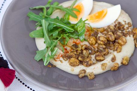 Традиционный хуммус с варёным яйцом и сушеным нутом в паприке