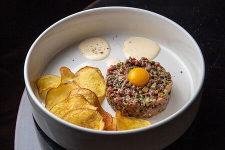 Тартар из мраморной говядины с картофельными чипсами