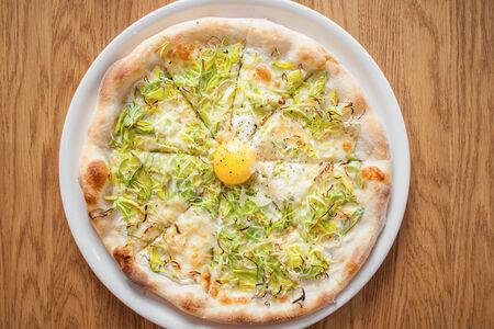 Пицца с луком-пореем