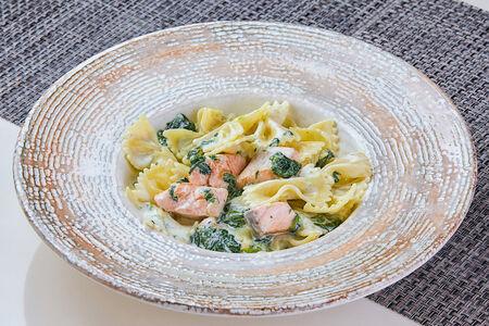 Фарфалле с лососем и шпинатом