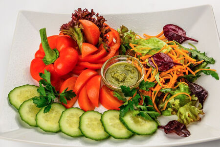 Лукошко свежих овощей