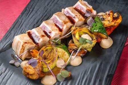 Стейк из тунца с овощами на гриле