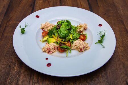 Салат с камчатским крабом и авокадо