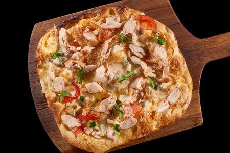 Пицца с цыпленком и копченым сыром