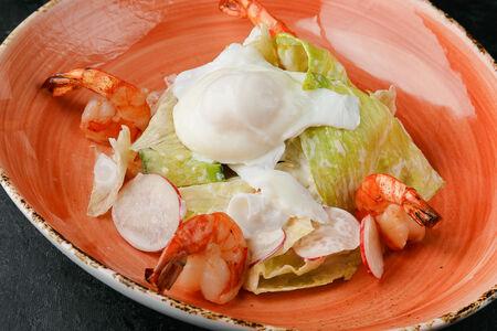Салат из свежих овощей, тигровых креветок и яйца пашот