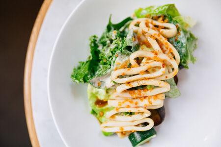 Салат с кальмаром и жженым картофелем