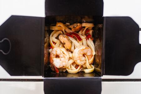 Лапша с морепродуктами в тайском соусе
