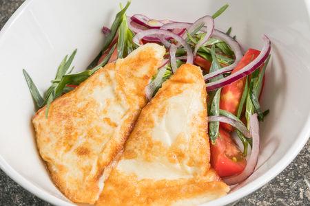 Салат из помидоров c жареным сулугуни
