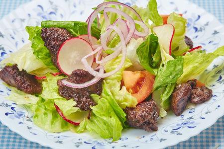 Салат с тёплой куриной печенью