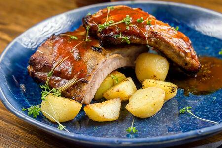 Свиные ребрышки на гриле с картофелем черри