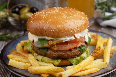 Бургер со свиной котлетой и картофелем фри