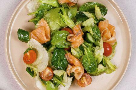 Салат с лососем и трюфельным маслом
