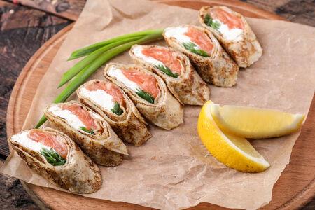 Рулетики с лососем и сливочным сыром