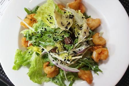 Салат с креветками и артишоками