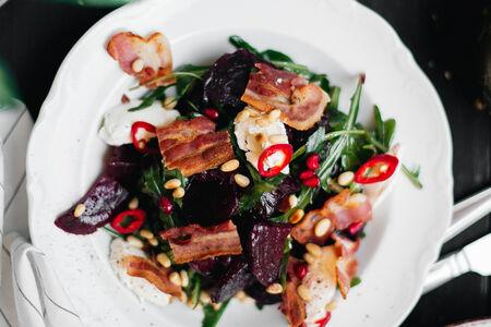 Салат с запеченной свеклой и хрустящим беконом