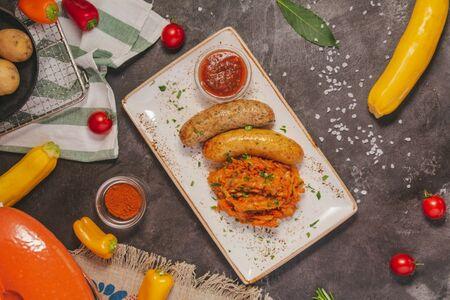 Домашние колбаски с тушеной капустой