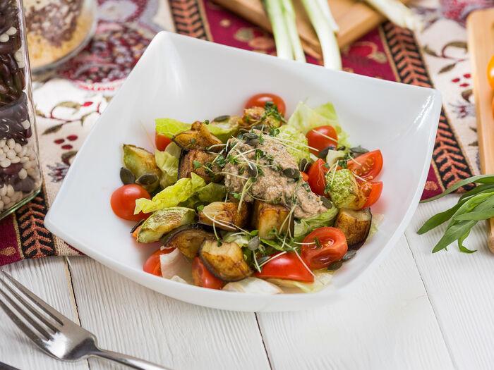 Салат с жаренными овощами и томатами черри