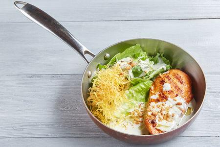 Куриная грудка с соусом Блю чиз и с хрустящим салатом