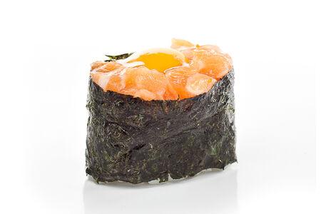 Суши Лосось с перепелиным яйцом