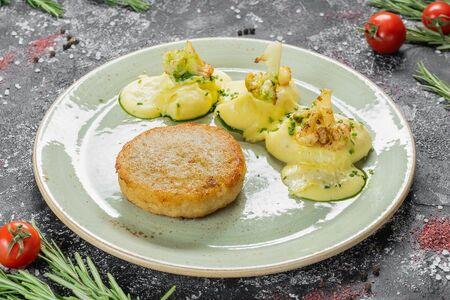 Рыбная котлета с картофельным пюре и запеченной цветной капустой