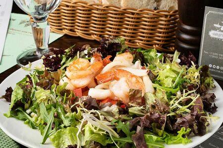 Тёплый салат с морепродуктами и микс салатом с соусом ворчестер