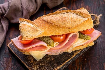 Французский сэндвич-багет с ветчиной