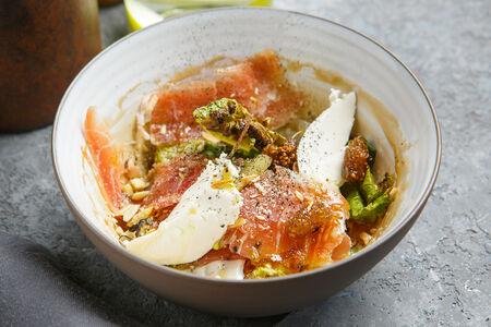 Салат с хамоном и вареньем шелковицы