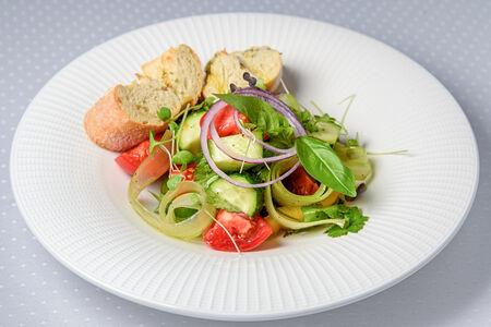 Салат из свежих овощей с хрустящей чиабаттой