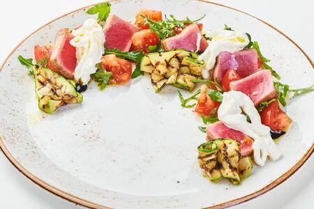 Салат с филе тунца и бурратой