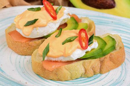Яйца пашот с лососем и сырным соусом