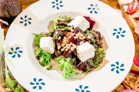 Салат с запеченной свеклой и сыром Фета