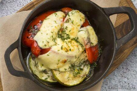 Запеченный сулугуни с овощами